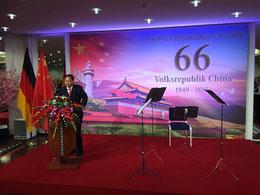 Das Foto zeigt Botschafter Shi Mingde bei seinem Grußwort.