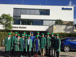 Das Foto zeigt die Delegation vor der Buderus Akademie in Lollar, 4.v.r Delegationsleiter YING Haijiang von den Shenzhen Haijiang Sidong Technology Co.
