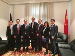 Das Foto zeigt v.l.n.r.: Prof. Guo, Direktor Xu, Konsul Zhu, MDgt.a.D. Dr. Borchmann, Stv. Direktor Tang, Frau Zhang, Herrn Qin.