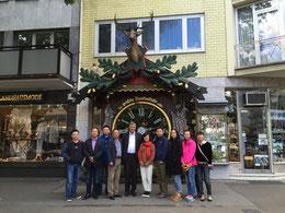Das NIIPB bei einem Zwischenstopp in Wiesbaden, in der Mitte Direktorin Han, 4. v.l. der Repräsentant der Provinz Zhejiang in Deutschland DAI Weilong.