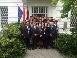 Delegation und Besucher vor dem CIIPA-Gebäude, vordere Reihe v.l.n.r. stv.Dir. Rao, Vors. Bai Zhe, Konsulin Xu, Delegationsleiterin Shi und CIIPA-Direktor Xu.