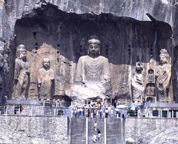 Die Bodhisattva Vairocana der Fengxian-Grotte ist mit 17 Metern die größte Statue der Longmen Grotten