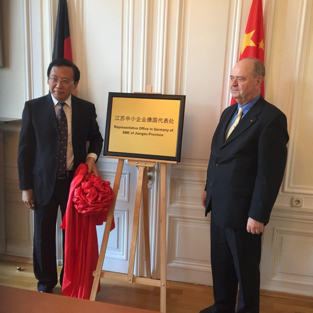 Der Eröffnungsakt, links Präsident LU, rechts BVMW-AW Sprecher von Netzer