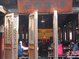 Blick durch die Eingangstüren in das Teehaus