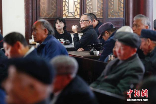 Gäste hören aufmerksam der Musik und der Geschichte im Suzhou-Dialekt zu