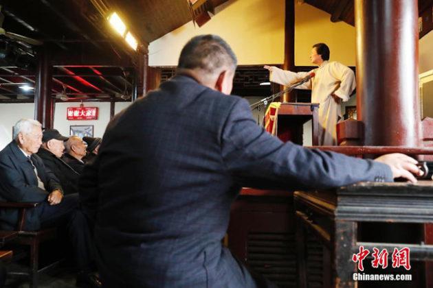 Blick auf die Darstellerin auf der Bühne im Teehaus
