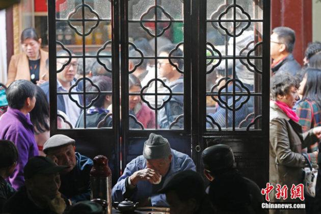 Viele Besucher zeigen sich im Teehaus