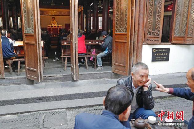 Nicht nur im Inneren, sondern auch vor der Tür genie�en die Chinesen ihren Tee