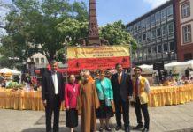 Äbtissin MIAO (3.v.l.), rechts neben ihr Stadträtin E. Sautner, MdL I. Tipi, GAO Qinghong (BLIA), links daneben BLIA-Vorsitzende Nguyen-Le und Dr. Borchmann.