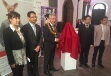 Das Foto zeigt beim Eröffnungsakt v.l.n.r. Ausstellungs-Organisatorin YANG Junzi, GK Wang, OB Feldmann, stv.ParlPräs. Tang und Direktor Lu.