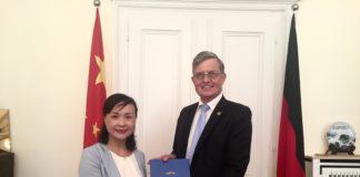Vize-Bürgermeisterin Hu Jie bei der Überreichung von Urkunde und Wappenschild an Dr. Borchmann