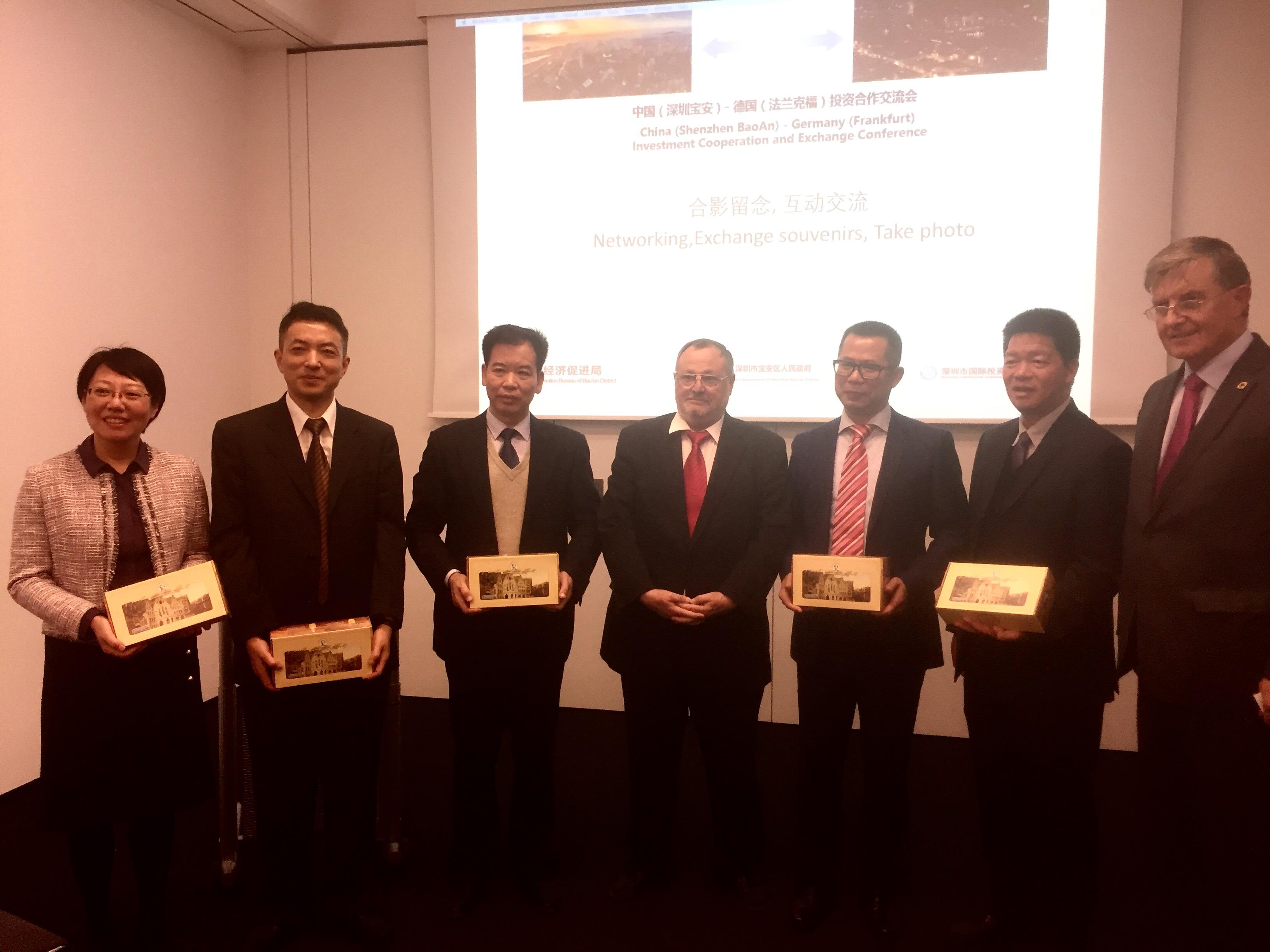 Von links: Direktorin XU Xiaoli, Direktor SU, Dir. PENG Maofa, Präs. Dittmann, Vize-Präs. ZHU, Dir. WIE Shuqiang und Dr. Borchmann