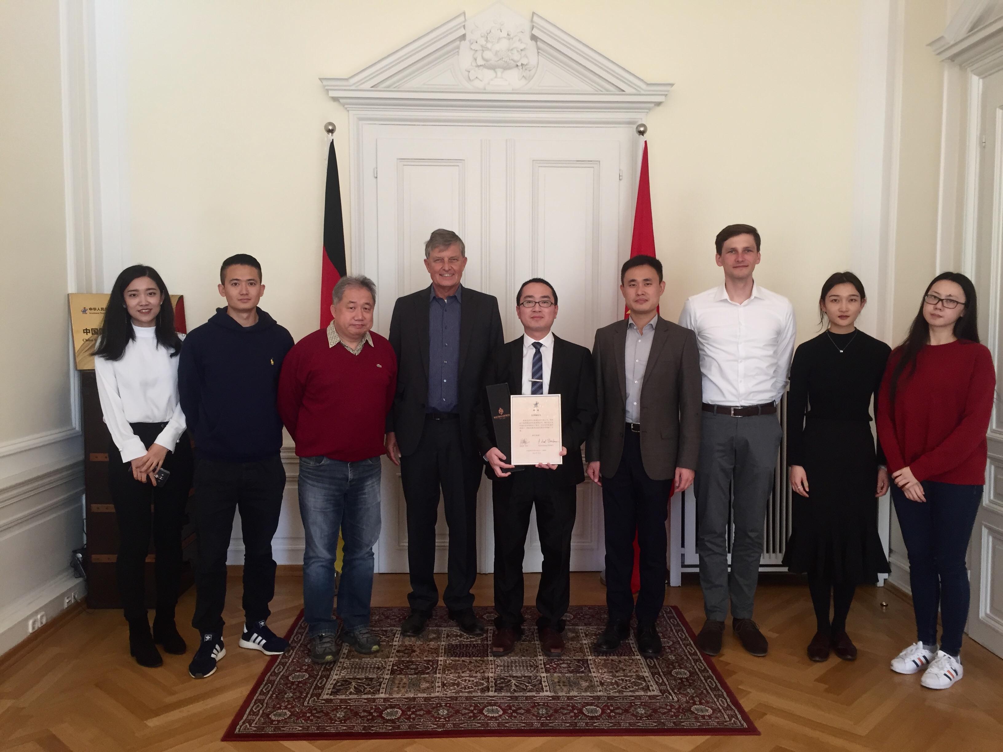 In der CIIPA-Repräsentanz: ZHANG Luoyin (5.v.l.), rechts daneben Direktor XU Yaojun