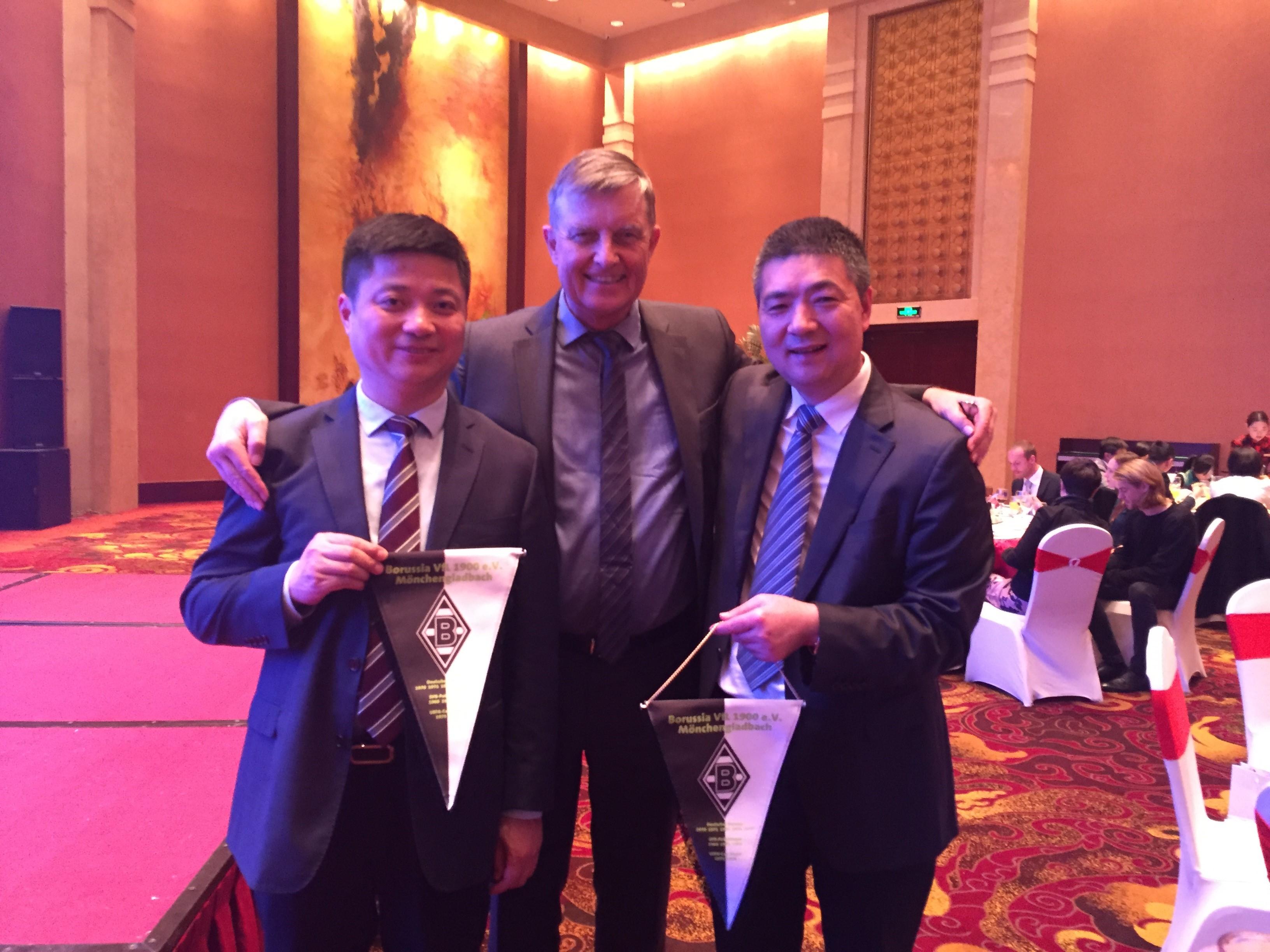 Stellv GDCV-Vorsitzender Dr. Michael Borchmann überreicht deutsche Fußball-Souvenirs an Hi-Tech Zonen Direktor XU Yawei und Bürgermeister Chen