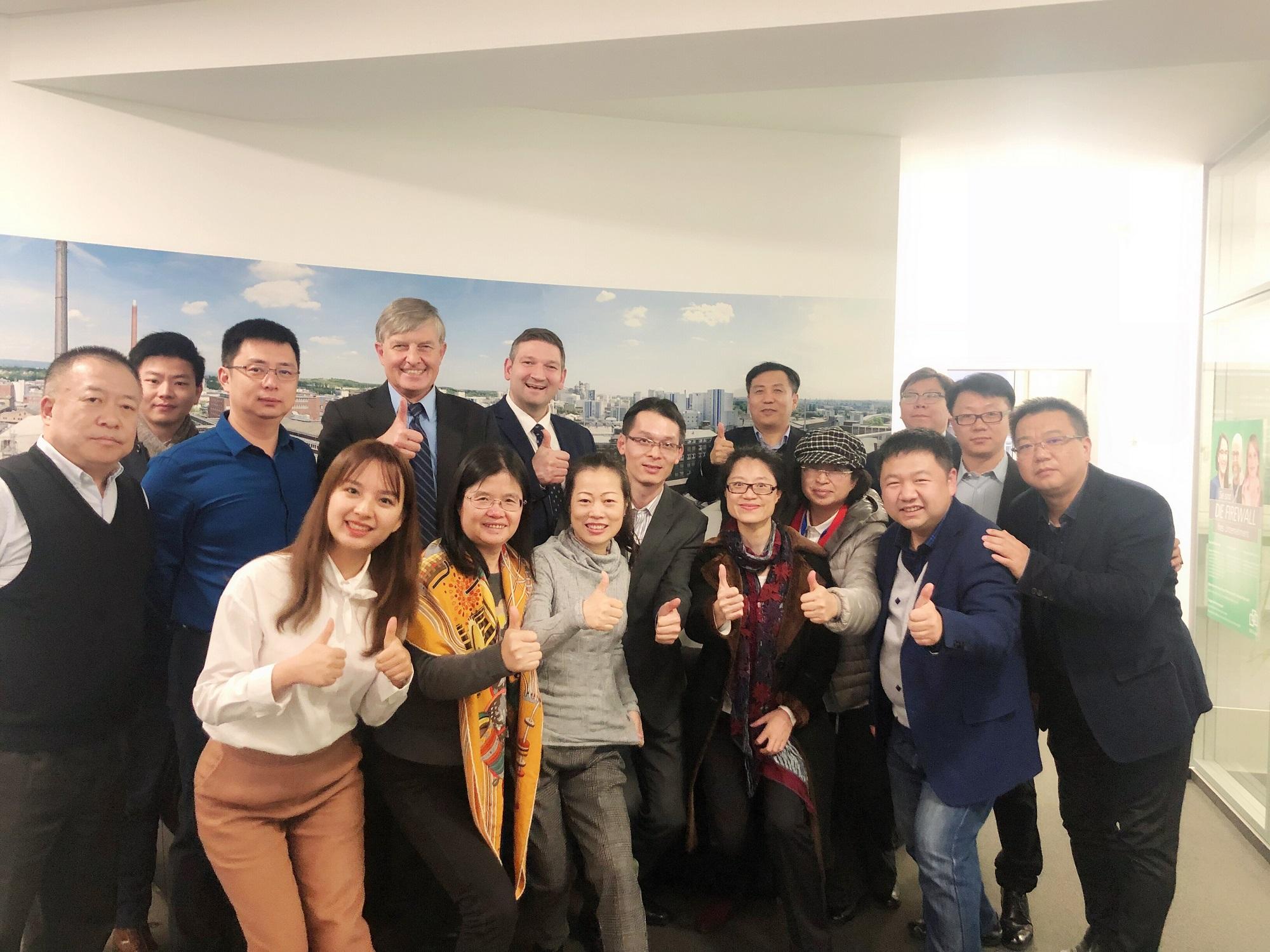 Chinesische Unternehmer in Wiesbaden, hinten 5. v.l. Infraserv Kommunikationschef Dennis Weber