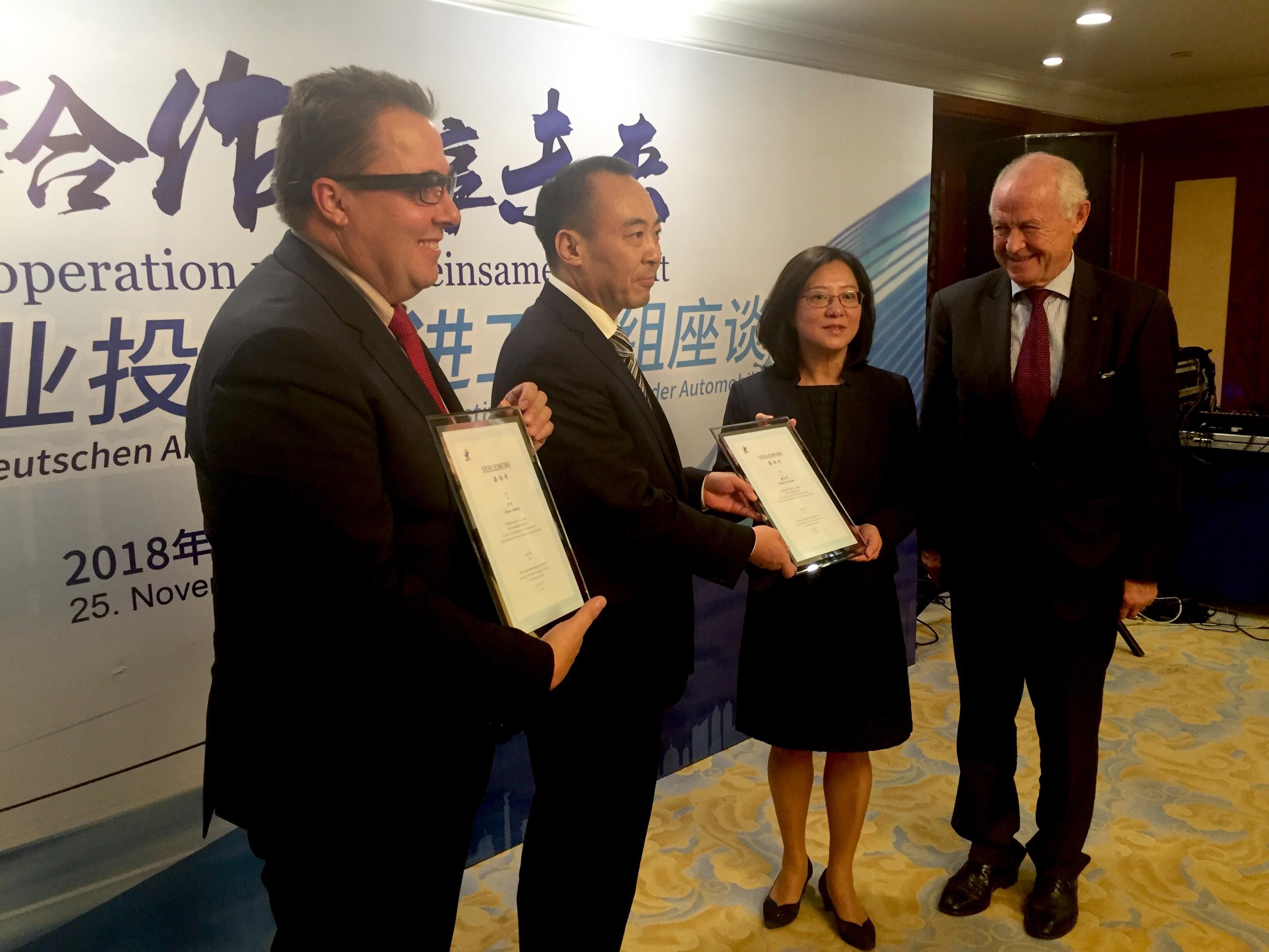 Von links: Gf Hannes Schleeh, Direktor LIU Dianxun, Frau DONG (Reichert) Chang Hua und Bgm. Sepp Misslbeck