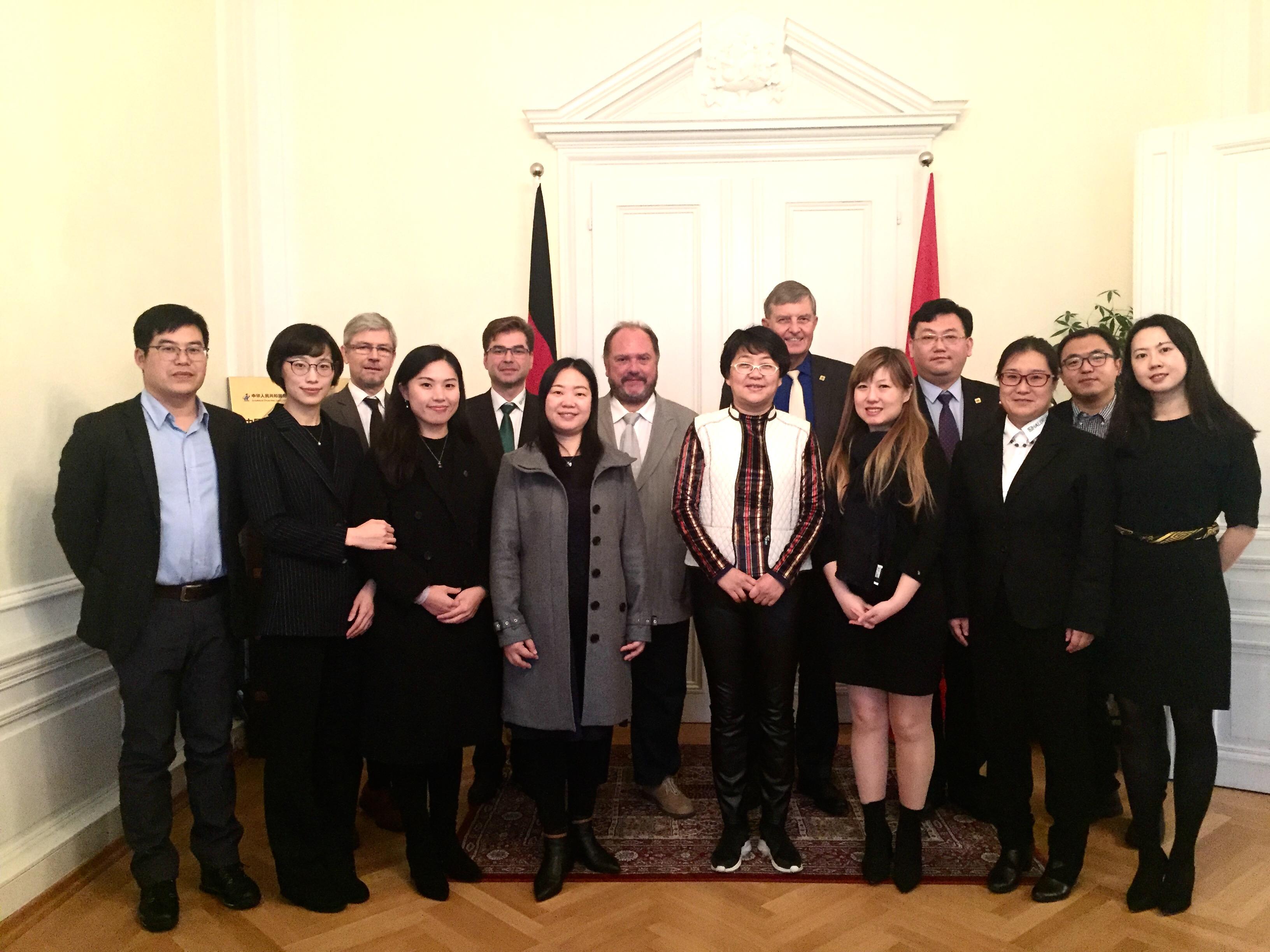 Chinesische Besucher und deutsche Referenten, 2.v.r. XIE Songtao, 4. v.r. Vize-Dir. SONG Lei.