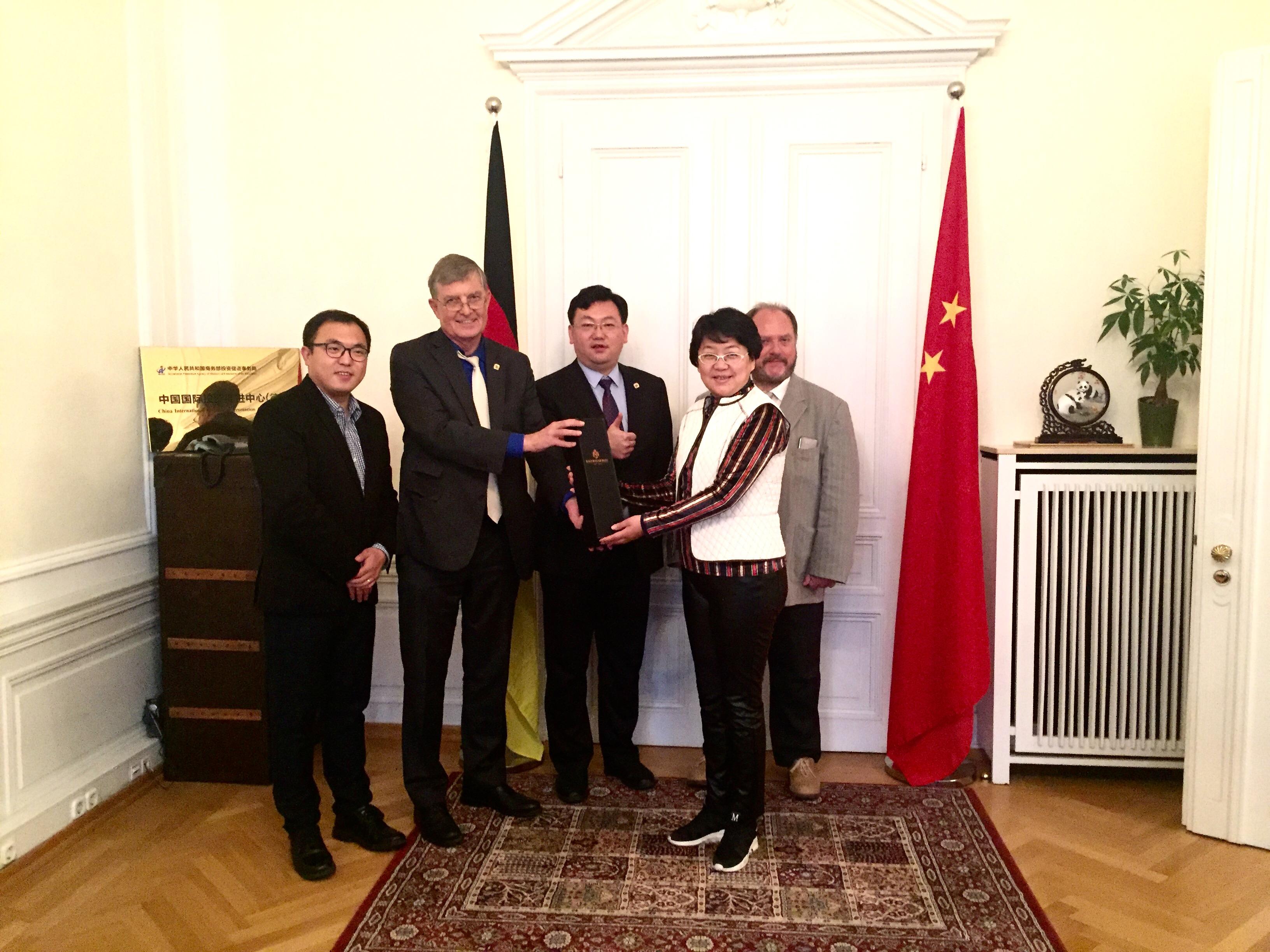 Übergabe einer Flasche Öko-Riesling an Ai Di–Chefin Meng, v.l.n.r. XIE Songtao, Dr. Borchmann, SONG Lei, MENG Su und Holger Diehl