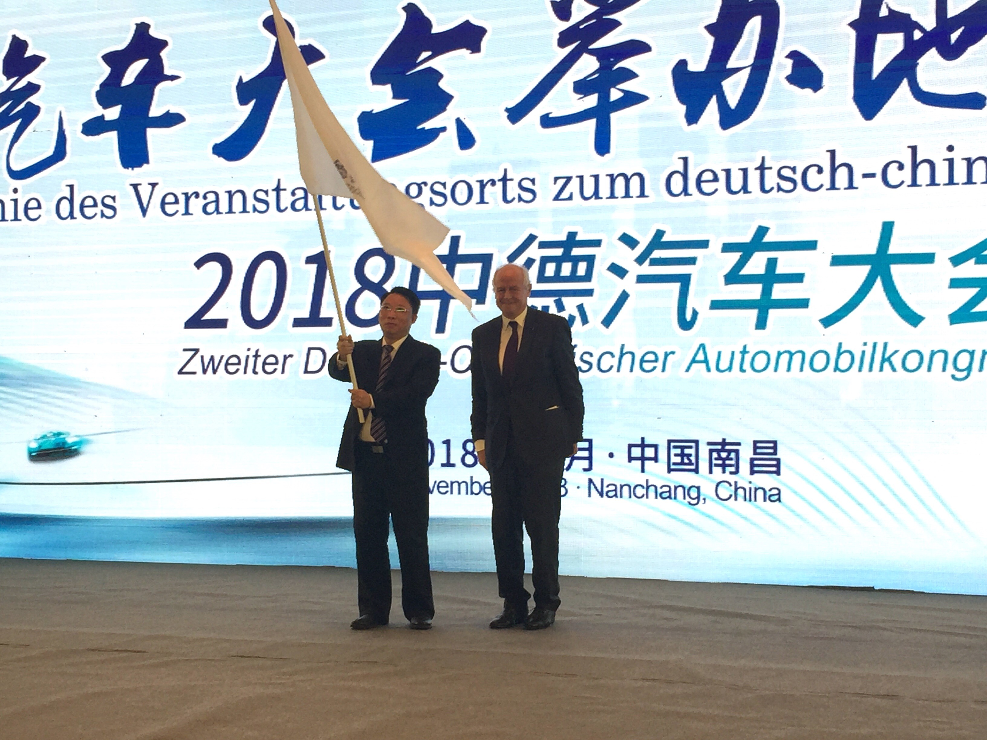 Flaggenübergabe zwischen Bürgermeister Li (Nanchang) und Bürgermeister Misslbeck (Ingolstadt)