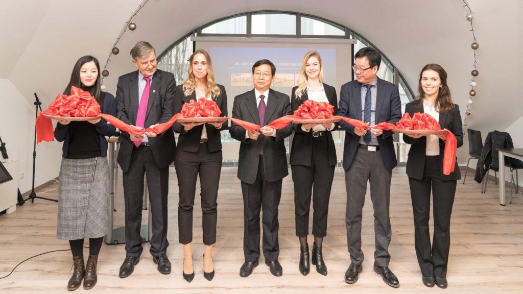 Ausstellung über Zhengzhou: Durchschneiden des Eröffnungsbandes durch Dr. Borchmann, Generalsekretär Pei und Chefredakteur Hu