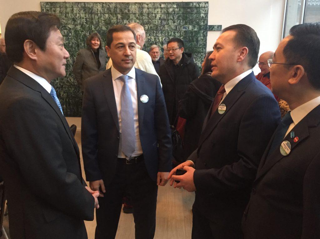 Seidenstraßengespräch: GK Feng, GK Khamraev, Konsul N. Mamajonov (Usb.) und Vors. Guo