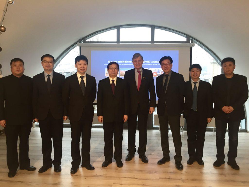 Die Delegation mit Gastgeber, u. a. 2. v. l. Presseamtschef QU Penghui, rechts daneben Rundfunkchef Ge, Generalsekretär Pei, Dr. Borchmann, Chefredakteur Hu und Vize-Bürgermeister JIAN Jiao