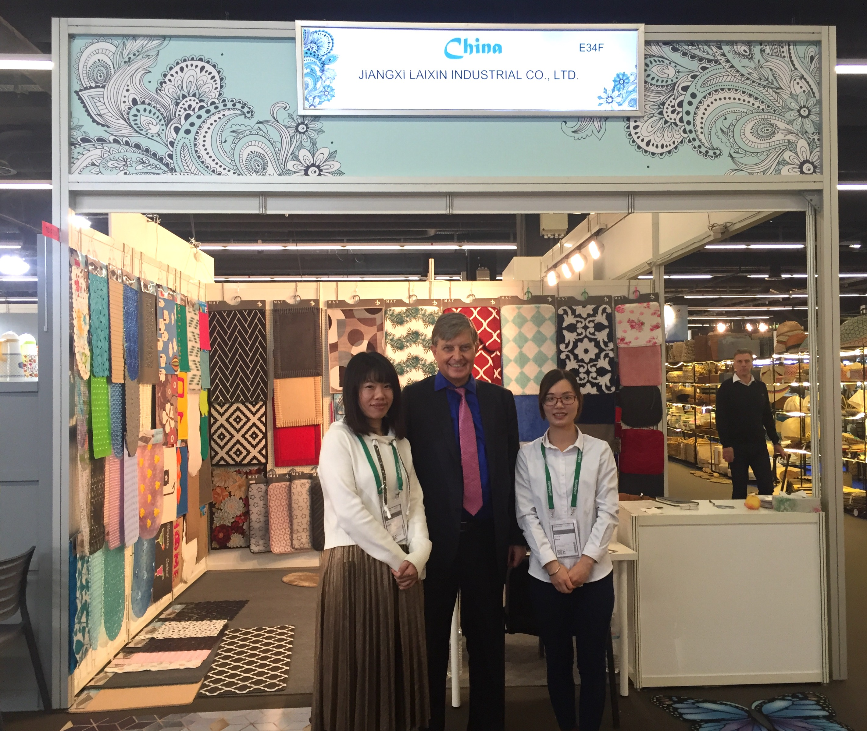 Matten und Badezimmereinrichtungen aus Jiangxis Hauptstadt Nanchang präsentieren CHEN Min und DENG Yaping (hier mit stellv. GDCV-Vorsitzendem Dr. Michael Borchmann)