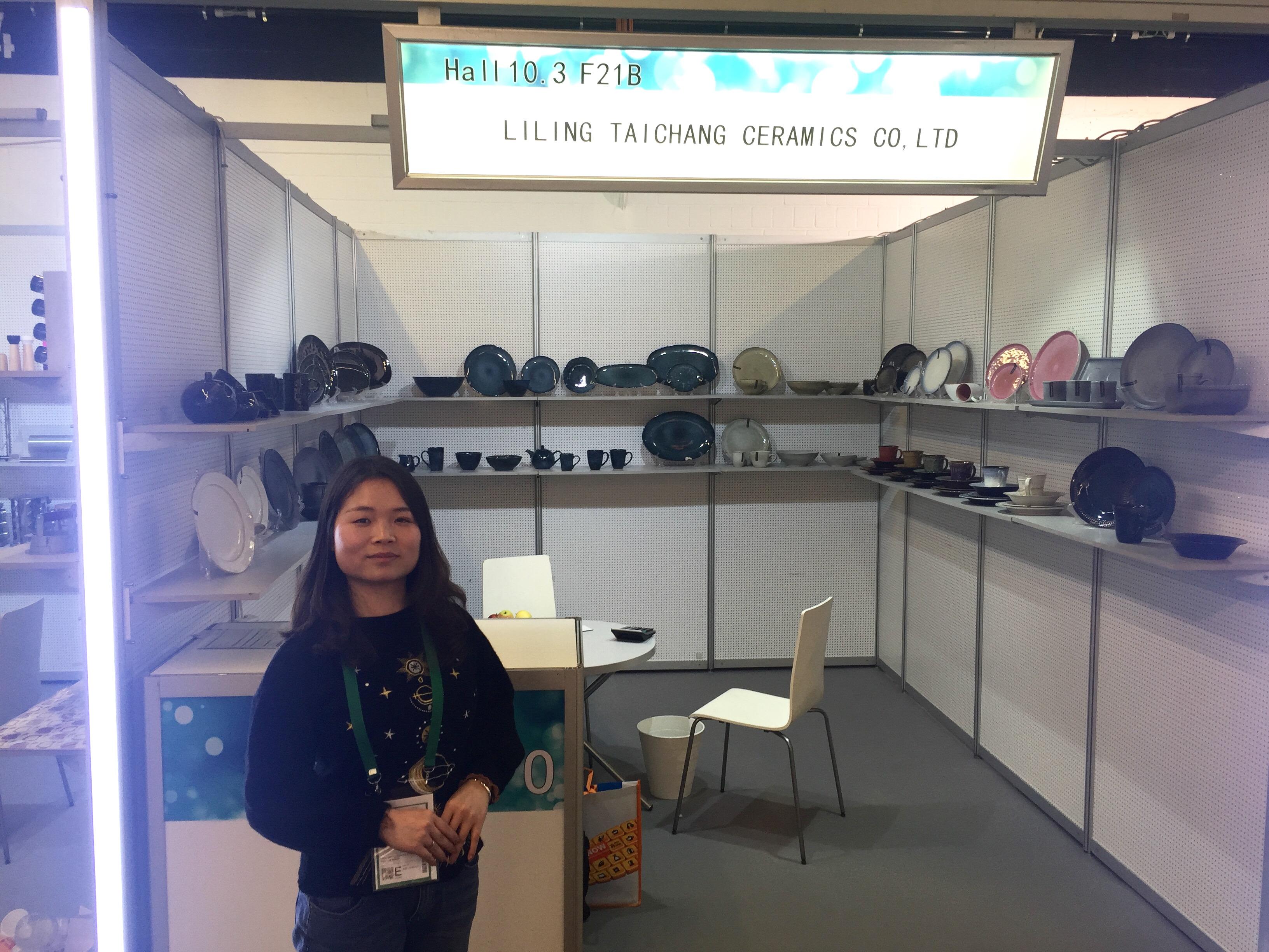 Keramik aus Hunan präsentiert Verkaufsleiterin ZHOU Siling