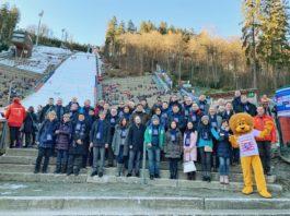 Die Gäste von HTAI vor der beeindruckenden Mühlenkopfschanze, vorne 4.v.l. Wirtschaftsstaatssekretär Jens Deutschendorf