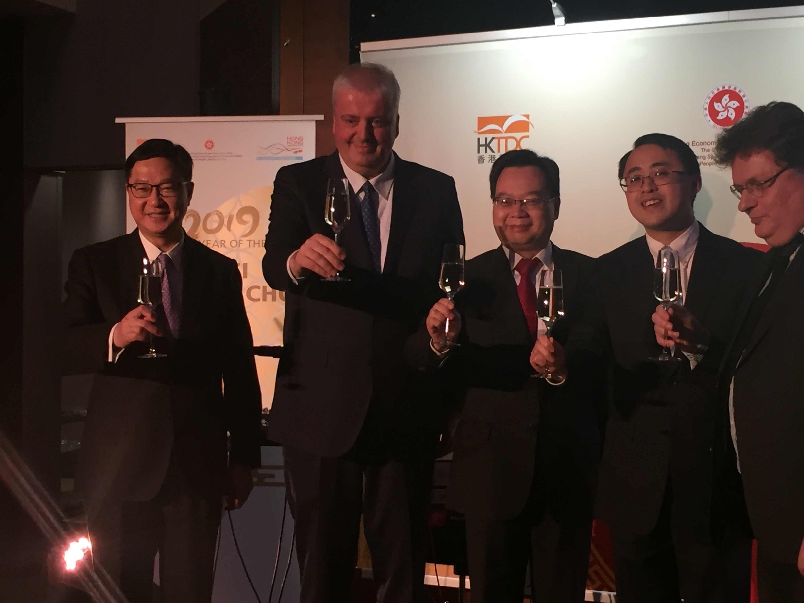 Anstoßen auf das Jahr des Schweins, v.l.n.r. Dir. Chui (HKTDC), B. Balz (Dt. Bundesbank), Generalkonsul Sun, Dir. Li (HKETO) und E. Kühl (Dt. HK-Gesellschaft)