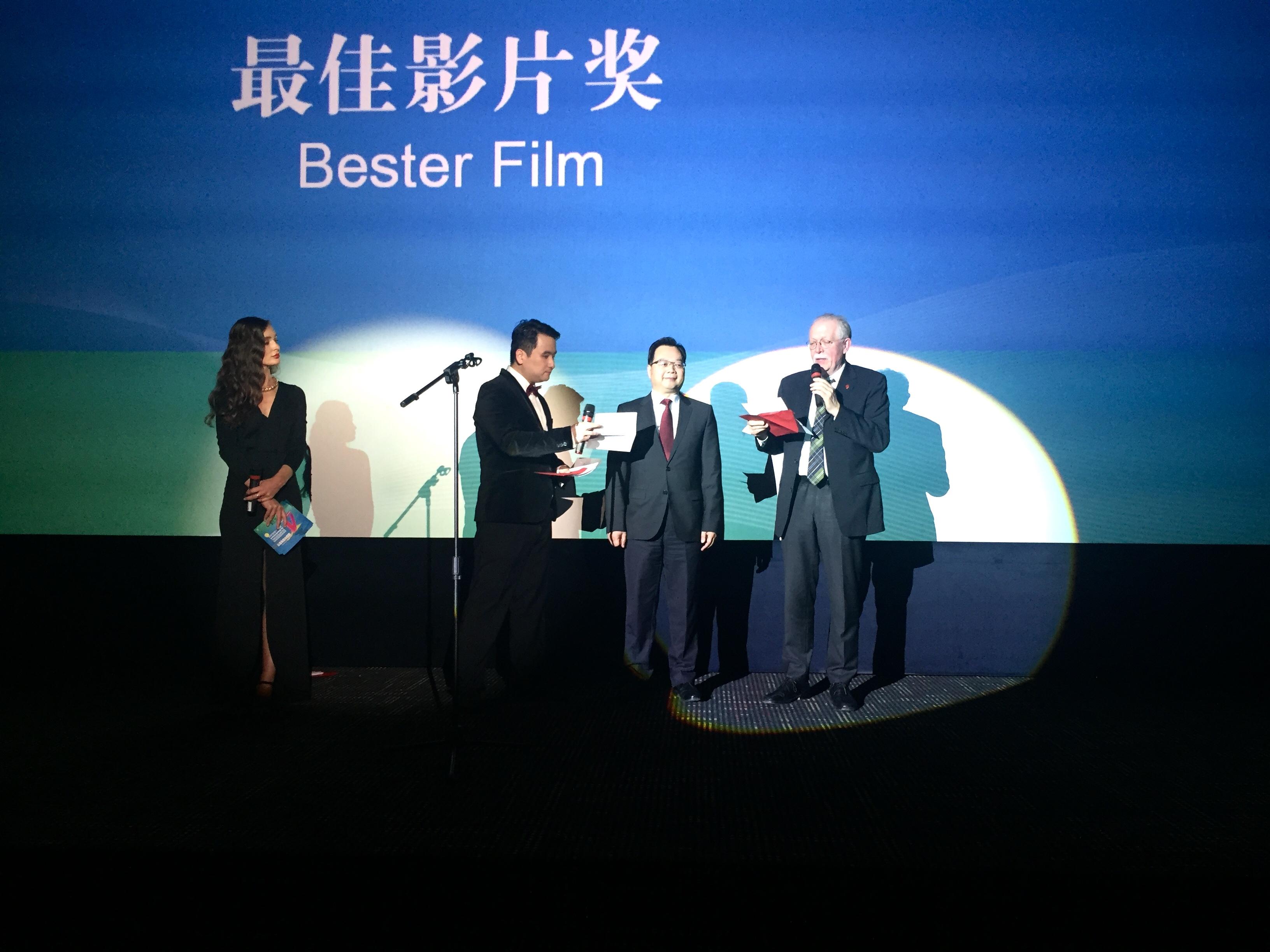 GK Sun und Stadtrat Möbius (3. und 4. v. l.) verkünden den Sieger des Preises für den besten Film