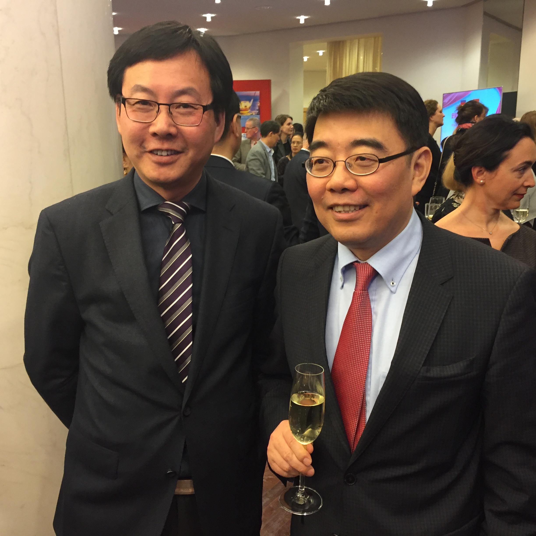 Chinarundschau Chefredakteur HU Xudong (links) verabschiedet Gesandten Botschaftsrat für Kultur CHEN Ping