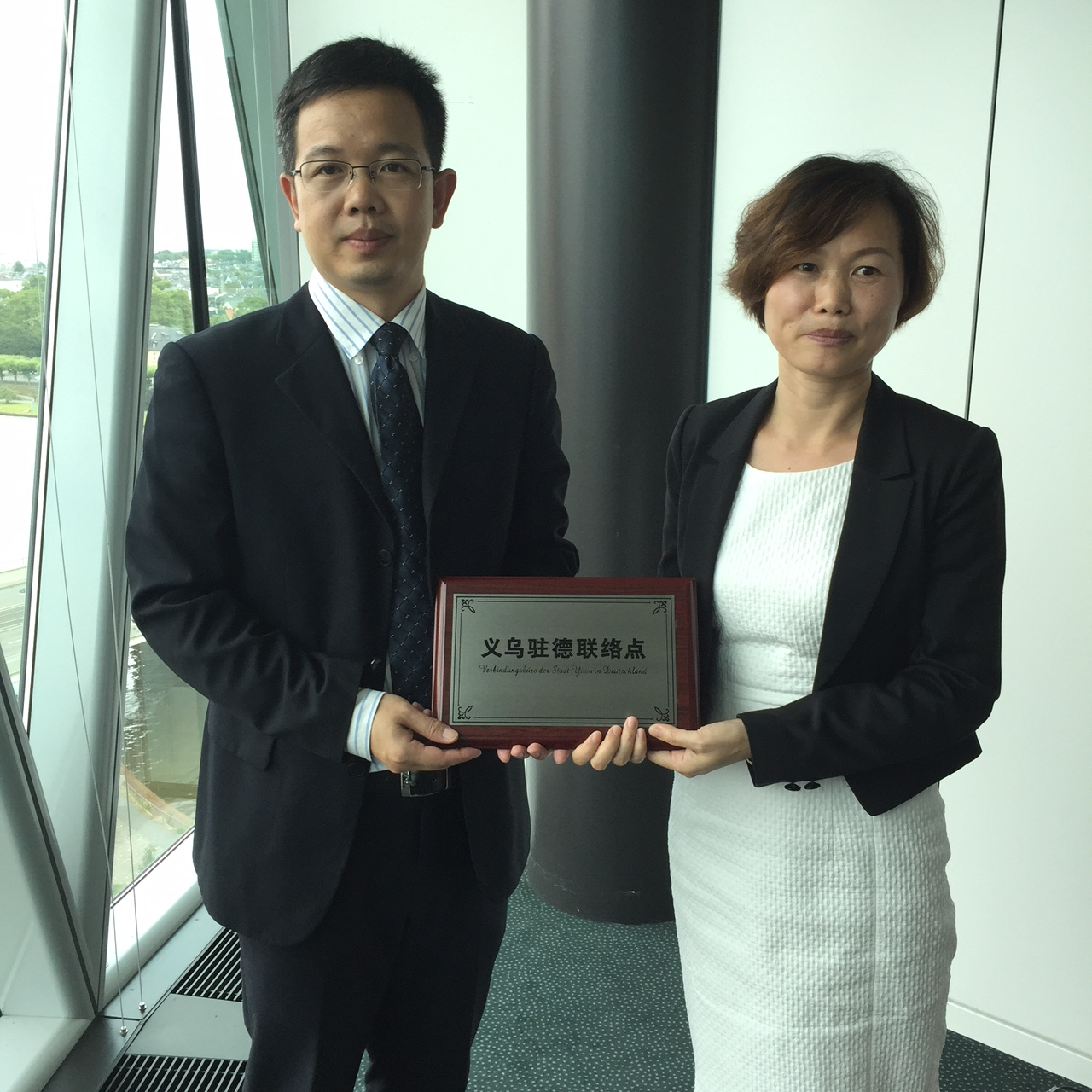 Repräsentanzleiterin LIU Zhuoying bei der Eröffnung der städtischen Vertretung mit Vize-Oberbürgermeister