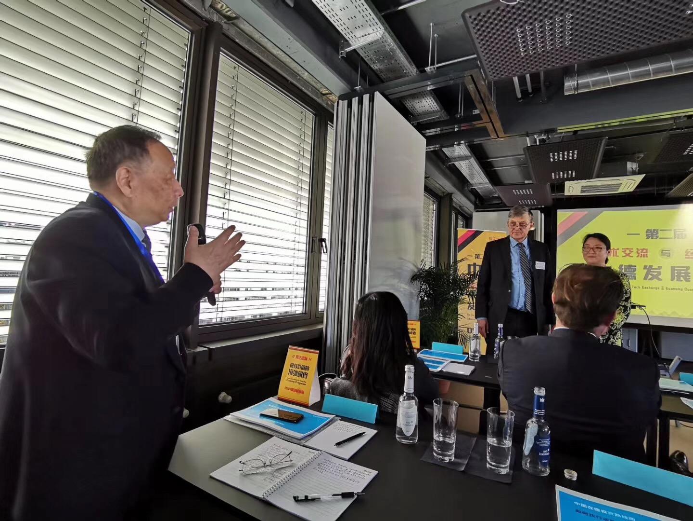 Diskussionsfreudige chinesische Besucher – hier DONG Jingchen (links), Chefberater der Chinesischen Ingenieurakademie