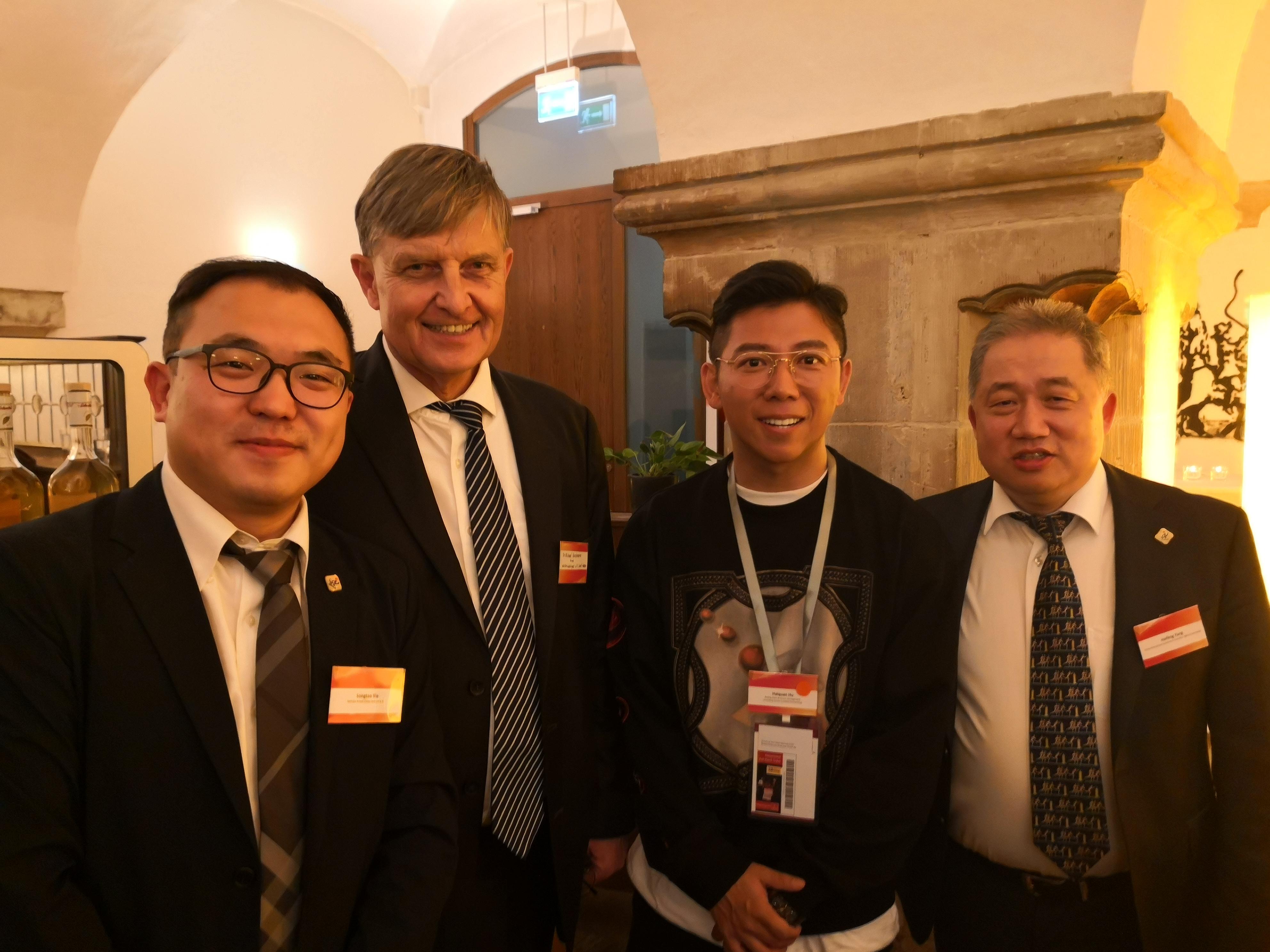 Ein Stelldichein in Magdeburg gab sich auch der in China sehr berühmte Sänger HU Haiquan (2.v.r.), hier mit CIIPA-Vertretern, u.a. CIIPA-Repräsentant in Magdeburg XIE Songtao (links).