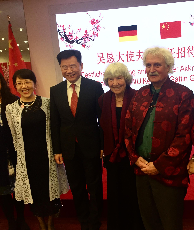 Botschafter Wu und Gattin GUO Jinqiu mit dem früheren Deutschlehrer des Botschafters Jörn Jensen und Gattin Christina Holzkamp