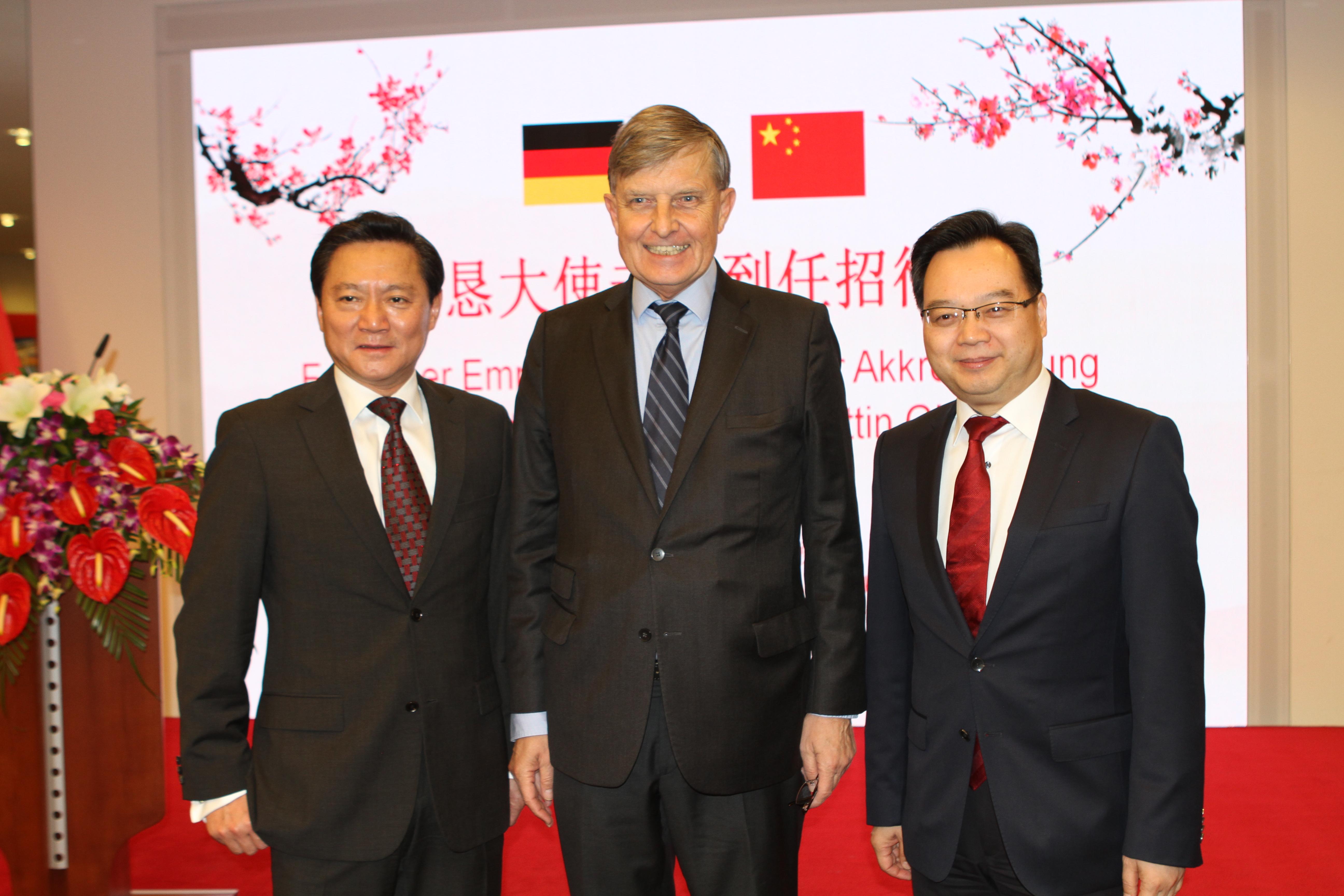 Die Generalkonsuln von Düsseldorf, FENG Haiyang (li.), und Frankfurt, SUN Congbin (re.), mit MDgt.a.D. Dr. Michael Borchmann, stellv. Vorsitzender der GDCV