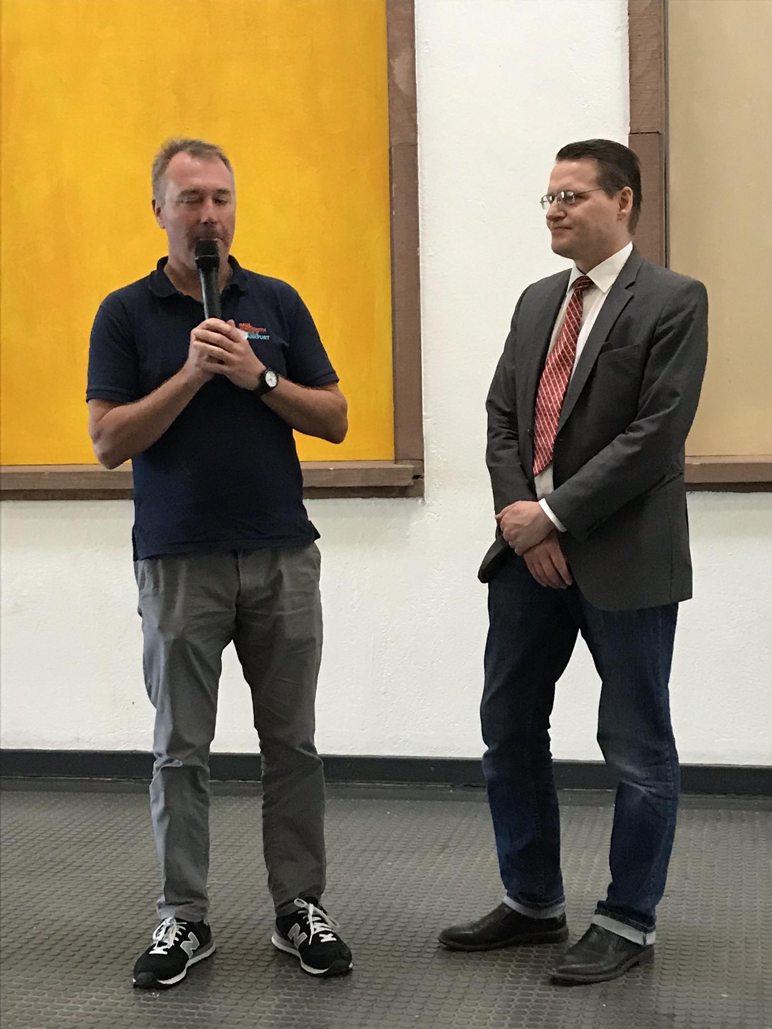 Schulleiter Matthew George und Kinderbeauftragter Dirk Schneider bei der Eröffnung