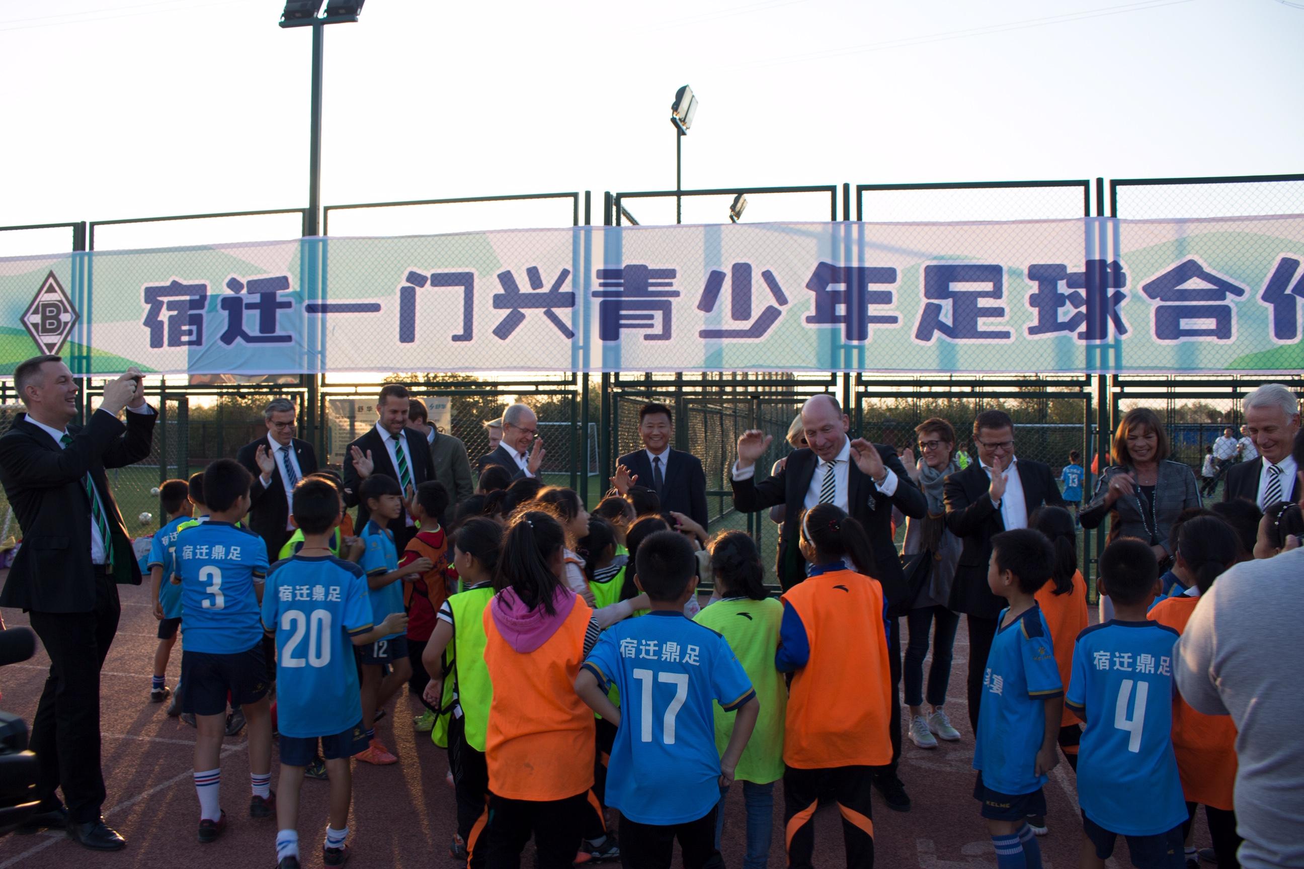 Startschuss des Schulprojektes in Suqian im Oktober 2018: Repräsentanten Borussias mit erwartungsvollen Schülern (Foto: VfL Borussia)