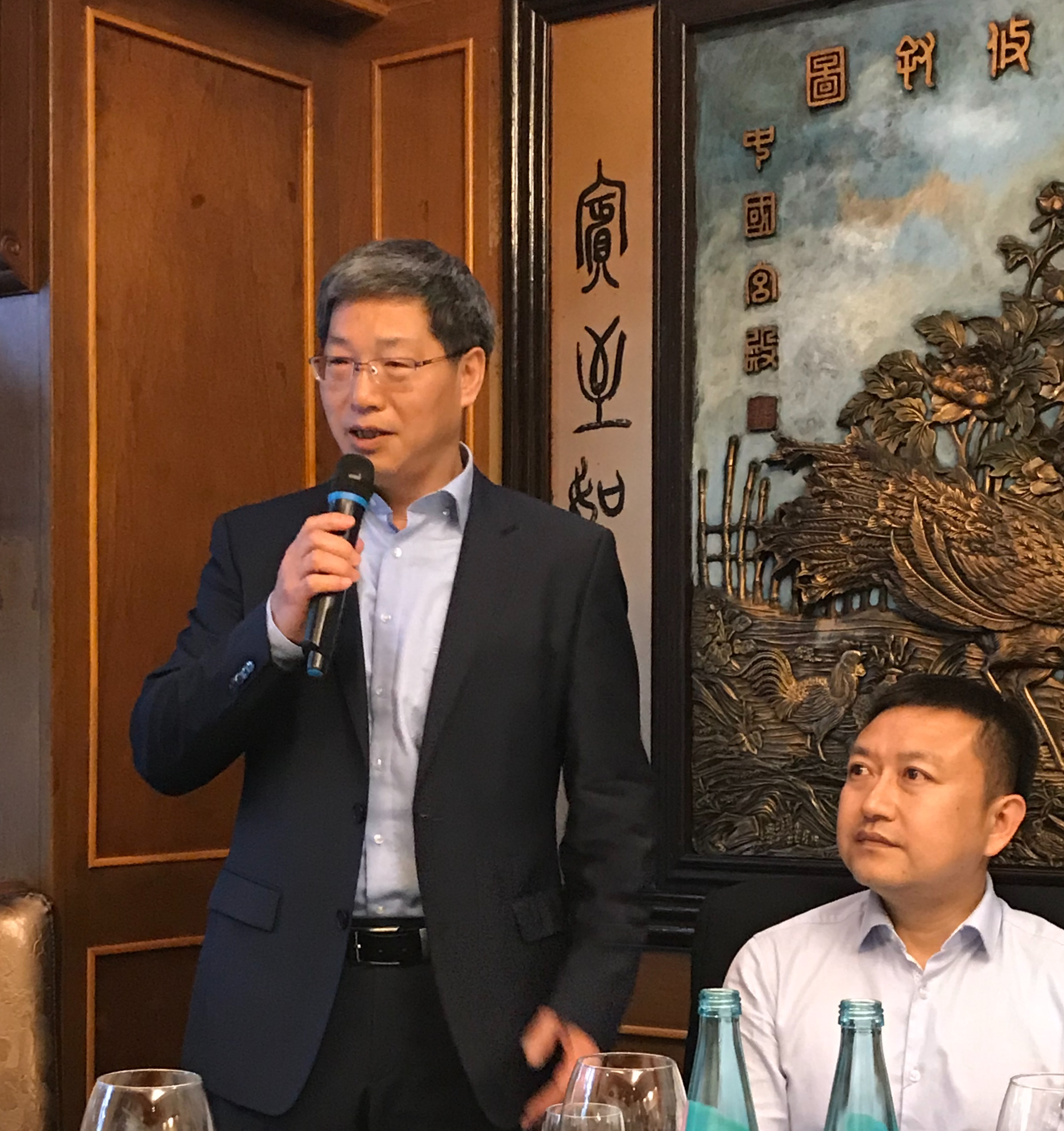 Konsul HE Jianwei vom Frankfurter Generalkonsulat überbringt die Grüße von GK SUN