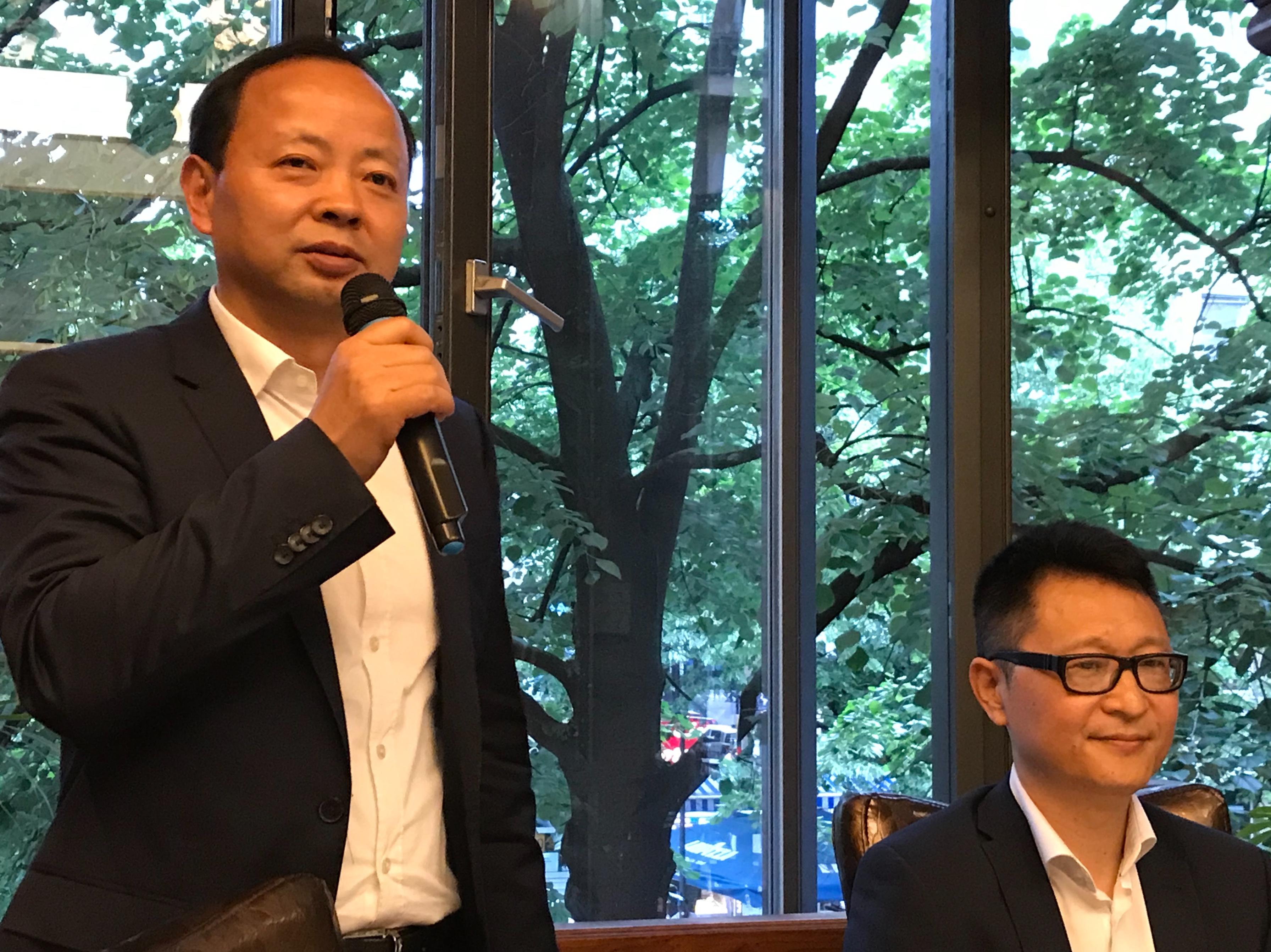 Parteisekretär Ma dankt den Wenchenger Chinesen für den herzlichen Empfang (rechts von ihm der Vorsitzende des Vereins der Wenchenger Überseechinesen WANG Yongchen)