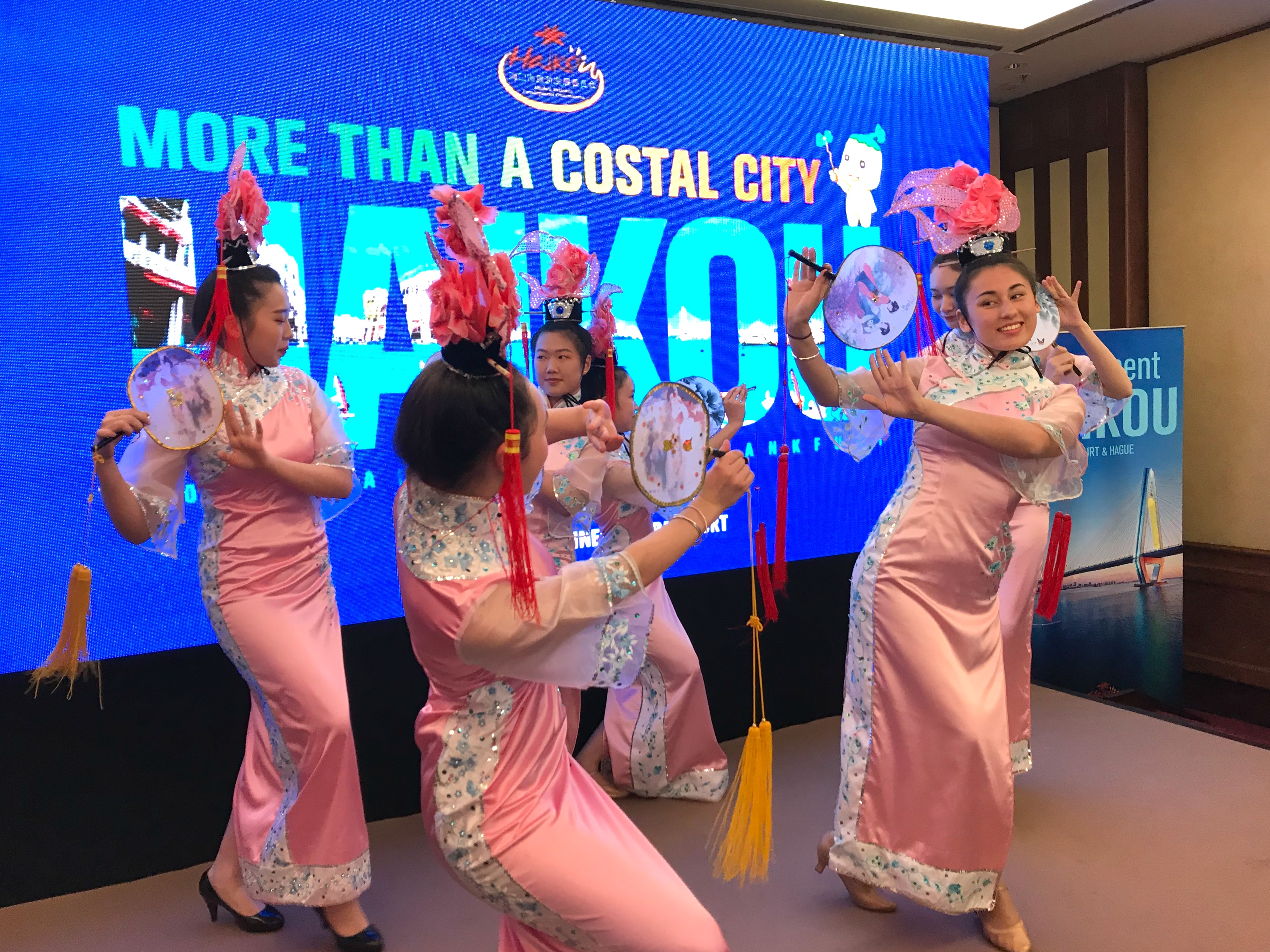 Farbenfrohe Tanzdarbietungen warben für das farbige Tropenparadies Haikou