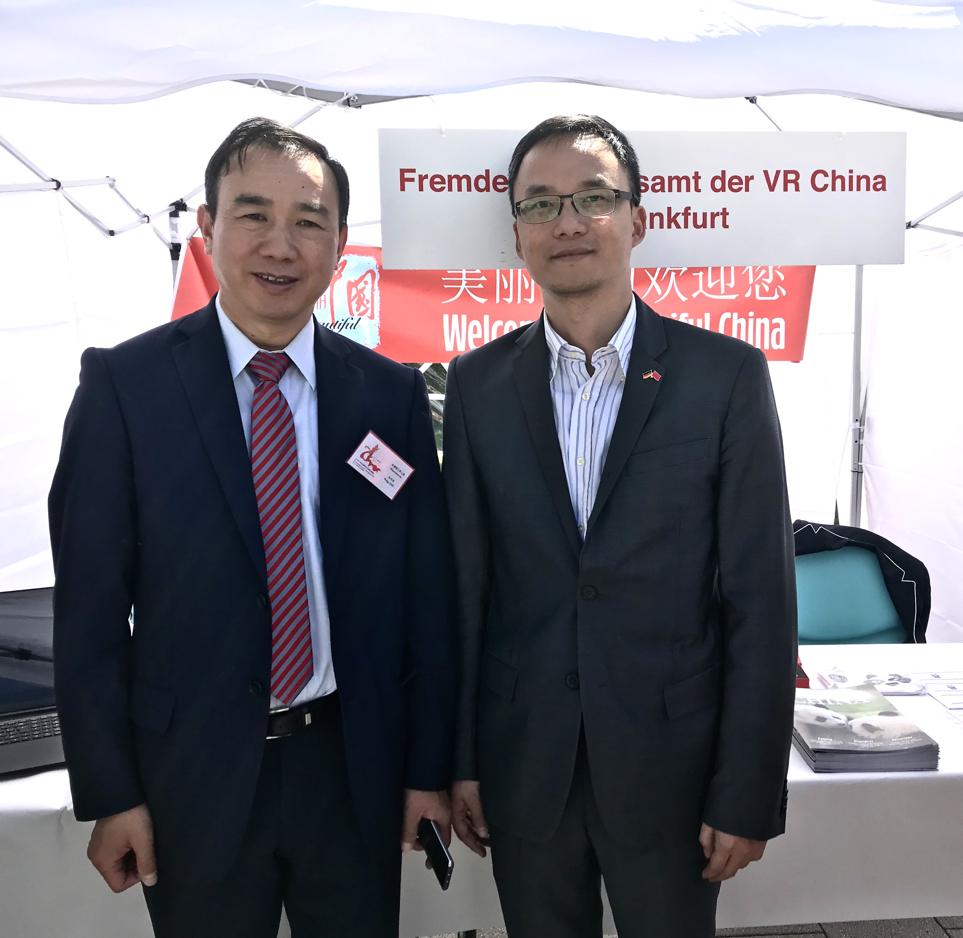 Auch der Leiter der Wirtschaftsabteilung, Botschaftsrat ZHU Weige (links im Bild), war an den Ständen und Pavillons unterwegs, hier an demjenigen des Staatlichen Fremdenverkehrsamtes, rechts dessen Direktor CHEN Hongjie
