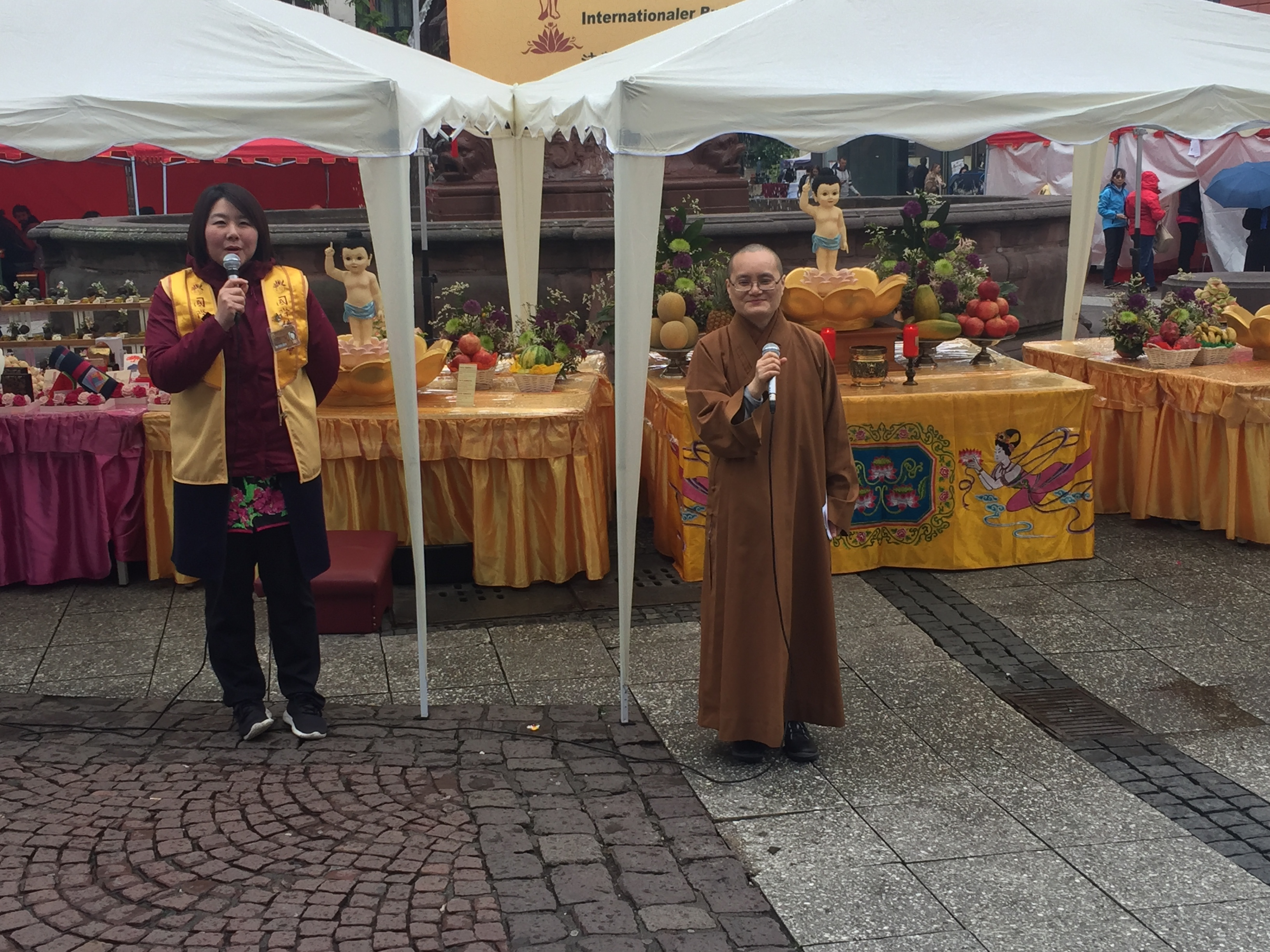 Äbtissin und Meisterin MIAN Yan (rechts) eröffnet die Feierlichkeiten