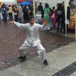 Unbeeindruckt vom strömenden Regen: Ein Tai Chi Meister demonstriert seine hohe Kunst