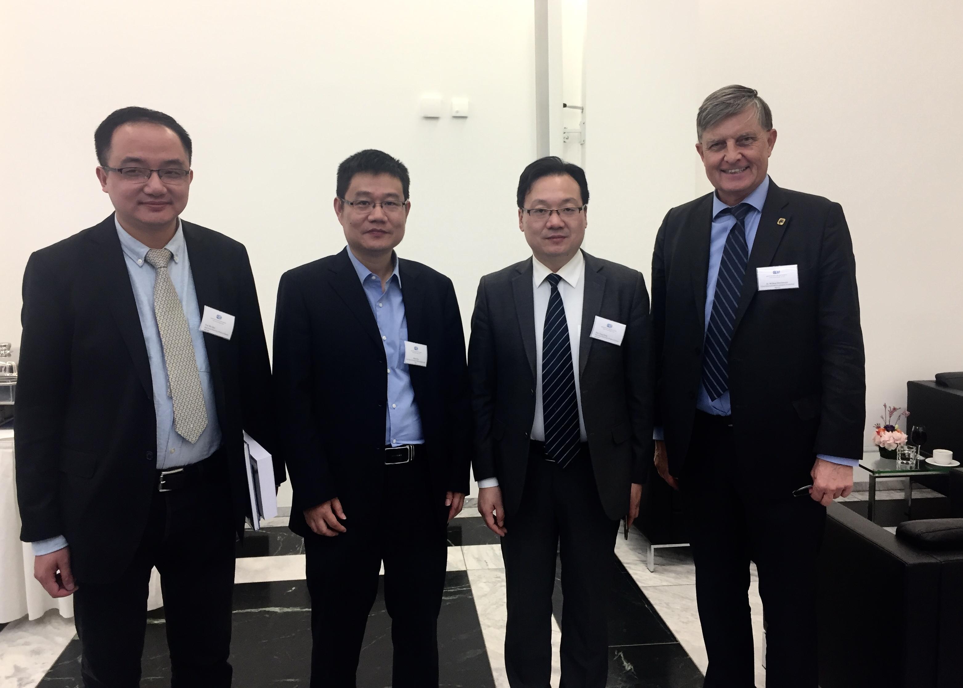 Von der renommierten East China University of Law and Political Sciences (Shanghai) angereist sind die Professoren v.l.n.r. ZHAI Wei, MIAO Zhixin und ZHANG Yong (Vize-Dekan), hier im Gespräch mit Dr. Michael Borchmann (CIIPA)
