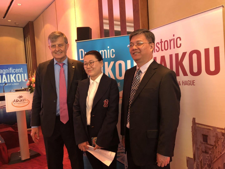 V.l.n.r. Dr. Borchmann, Generaldirektorin Fu und TANG Daqiang (Haikou Convention and Exhibition Bureau)