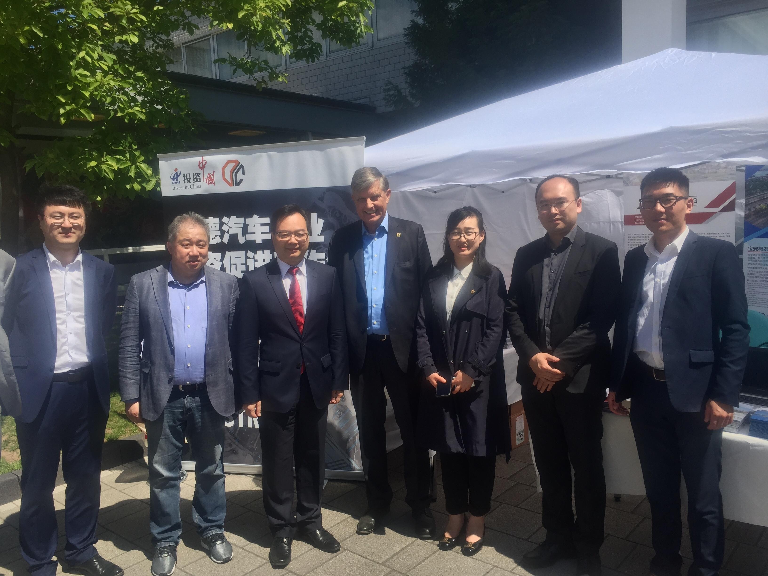 Als aufmerksamer Gastgeber besuchte GK Sun (3.v.l.) die zahlreichen Stände, hier denjenigen der CIIPA