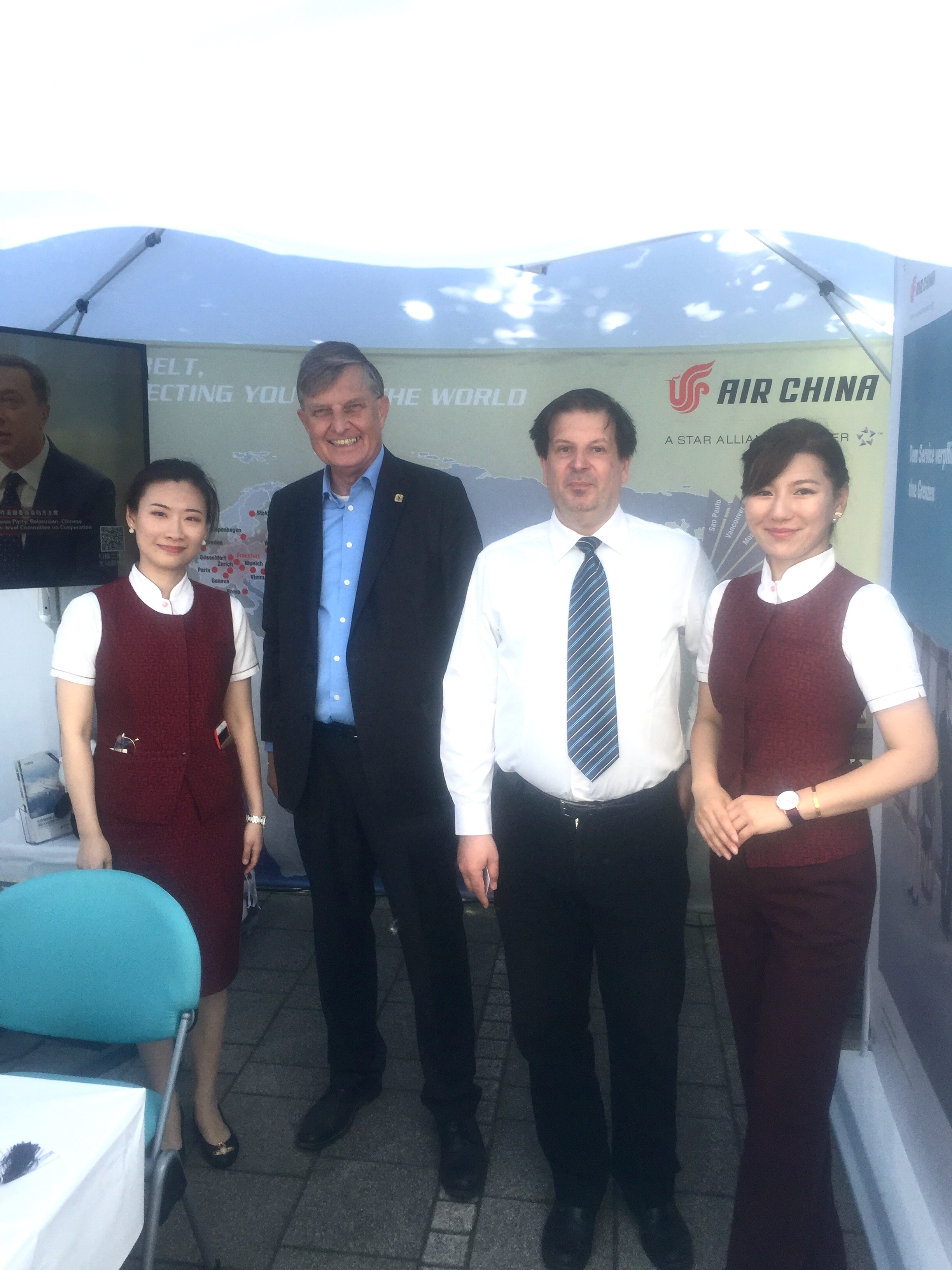 Auf großes Publikumsinteresse stieß u.a. der Pavillon von Air China, v.l.n.r. WANG Jiaqi, ein Besucher, Heiko Doeringer und TIAN Miaomiao