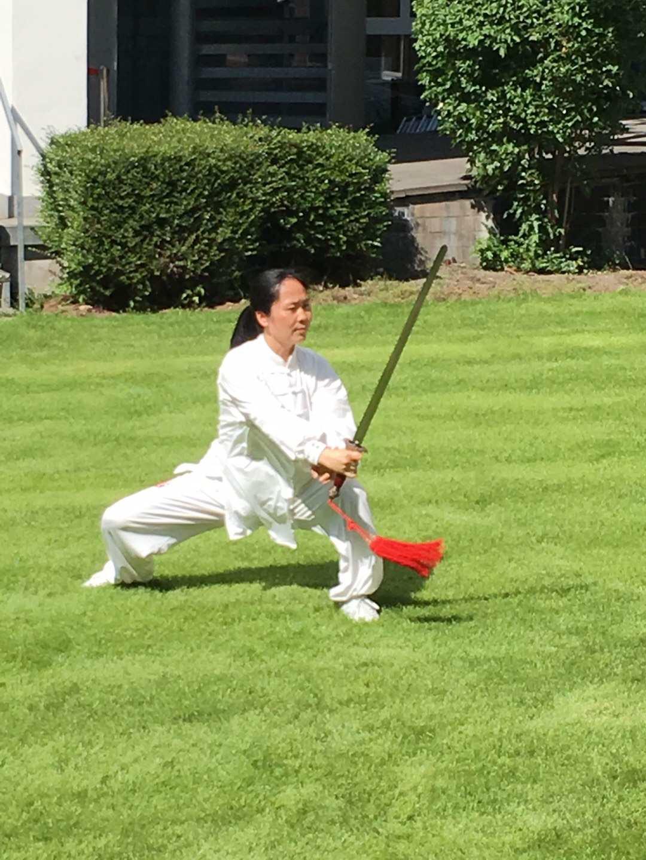 Besonders faszinierend unter den sehr zahlreichen Vorführungen: Eine meisterhafte Präsentation von Tai-Chi-Schwert